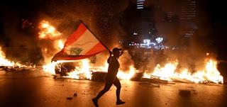 احتجاجات واسعة في بيروت ومدن لبنانيّة عدّة بعد انخفاض غير مسبوق لليرة مقابل الدولار
