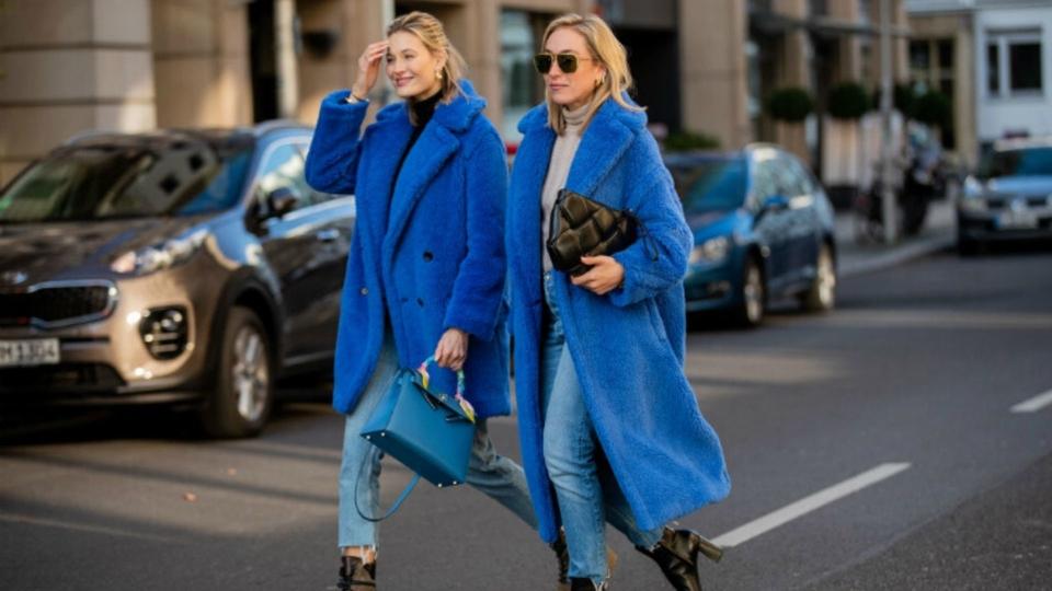 طرق مختلفة لارتداء اللون الأزرق الكلاسيكي بشتاء 2020