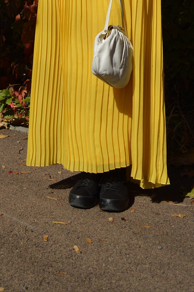 quaintrelle, georgiana, quaint, ootd,outfit, pleated skirt,yellow, sweater, time out, vintage, secondhand, thrifted, autumn, white, vagabond
