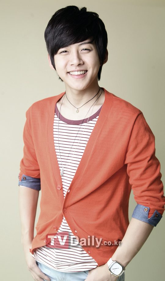 NEWS  U-Kiss    Dongho injures his knee before his stage performance    Dongho