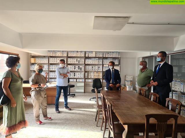Mariano H. Zapata y Jovita Monterrey visitan las nuevas instalaciones de la hemeroteca La Cosmológica