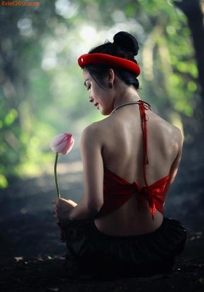 Ảnh đẹp 'thiếu nữ mặc áo yếm khoe sắc bên sen'