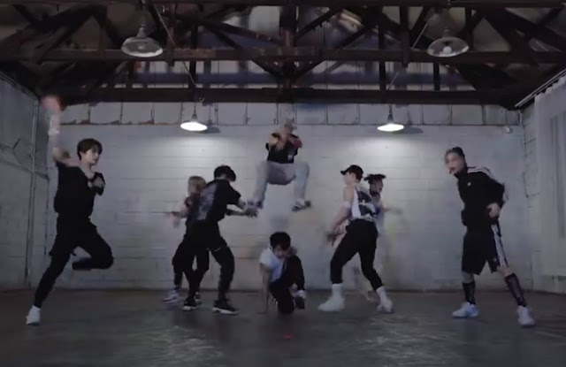 """Stray Kids """"Back Door"""" Dance Practice Video"""