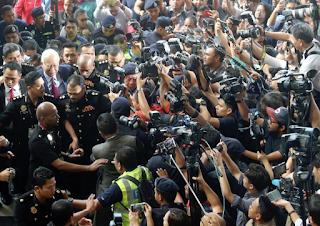 Wartawan antarabangsa cedera ketika liputan kes Najib