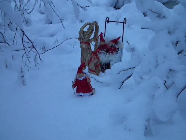 Tontut, tonttutyttö, tonttureki, lumi, kotipihan joulu, talvi, olkipukki
