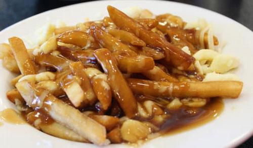 Poutine adalah hidangan populer di Montreal dan kombinasi garam, lemak, dan karbohidrat adalah pilihan yang baik untuk menenangkan mabuk. Shutterstock