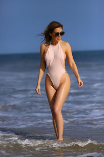 Ana-Braga-was-spotted-in-a-tiny-one-piece-swimsuit-at-the-beach-in-Malibu.-67didpgmxv.jpg