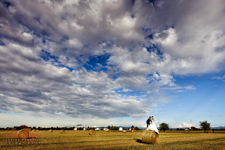 sposi su balle di fieno matrimonio country Alessandria