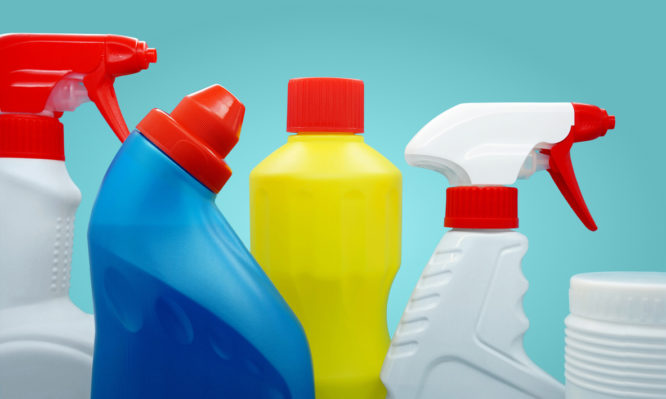 Χλωρίνη στο καθάρισμα: Πιθανός κίνδυνος για ανθρώπους και κατοικίδια – Τι έδειξε έρευνα