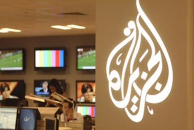 Sejarah Stasiun TV Alzajeera        TV mania, kali ini kita akan bahas tentang profil dan sejarah salah satu stasiun TV dari luar negeri yaitu stasiun tv Alzajeera yang berasal dari Timur Tengah. Awal mula Al Jazeera berdiri atas bantuan modal dari dana raja Qatar sejumlah 150 juta dolar Amerika, dan memulai siaran pada akhir 1996. Pada bulan April tahun tersebut, siaran BBC World dalam bahasa Arab mengalami masalah dengan pemerintah Arab Saudi , dan akhirnya harus menutup operasinya. Banyak mantan staf BBC yang kemudian bergabung dengan Al Jazeera. Pada 15 November 2006 saluran Al Jazeera berbahasa Inggris mulai mengudara.  Dalam perjalanannya Al jazeera terus berkembang dan semakin populer, bahkan mampu mengimbangi pemberitaan media-media barat, sepak terjang al-jazeera ini tentu saja menjadi perhatian khusus Amerika Serikat, bahkan pihak AS semakin resah ketika Aljazeera melakukan wawancara dengan al-qaeda dan AS pun menuduh aljaeera sebagai corong dari al-qaeda.  Pada 8 April 2003 , kantor Al Jazeera di Baghdad diserang oleh tentara AS, yang menewaskan reporter Tareq Ayyoub dan melukai seorang lainnya. Serangan Amerika Serikat terhadap kantor berita Al jazeera itu bukanlah yang pertama kali, hal ini juga pernah terjadi sebelumnya, yaitu pada 13 November 2001, ketika