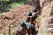 Babinsa Muara Tebo Monitoring Pembuatan Parit Irigasi di Desa Tambun Arang
