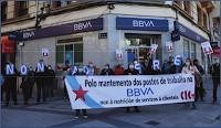 Concentración na oficina de Catro Camiños na Coruña. Imaxe: CIGBBVA (cc) BY-NC-SA