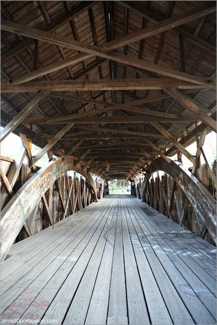 Interior del Puente Cubierto Porter-Parsonsfield Bridge, Maine