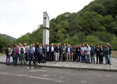 Foto de grupo frente al monumento del Pozo Fortuna