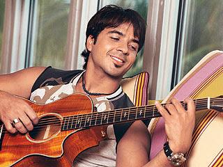 Luis Fonsi tocando la guitarra
