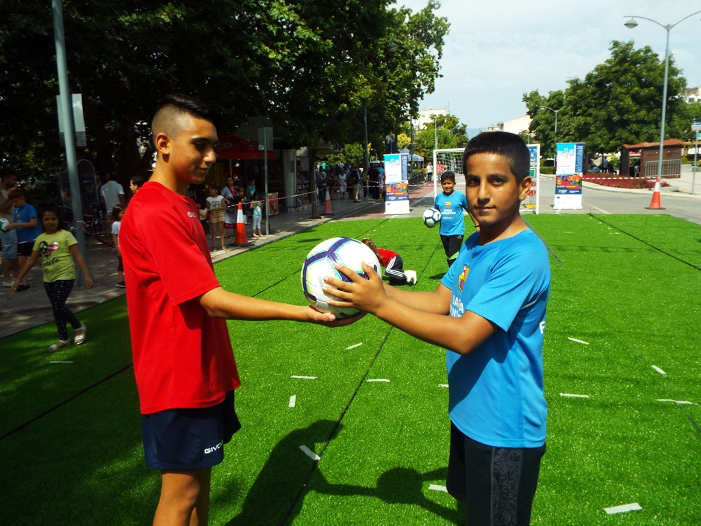 Συναδέλφωση λαών και φιλία μέσω του ποδοσφαίρου και της Μπάρτσα τα Τρίκαλα (ΦΩΤΟ)