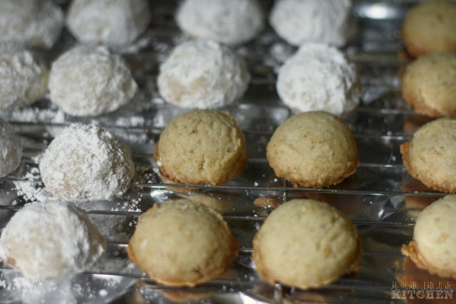 polvorones with and without powdered sugar