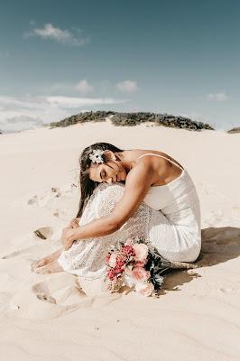 Novia boho en la playa