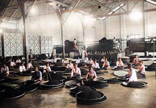 memilah dan memilih teh dengan mesin dan tangan di theefabriek kasinder kota pematangsiantar