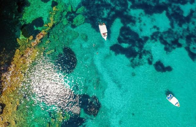 Τιρκουάζ, διαφανή νερά στην ονομαστή Πισίνα | © Δημήτρης Καρβέλης, YouTube: KDexplorer, https://www.kdexplorer.com/