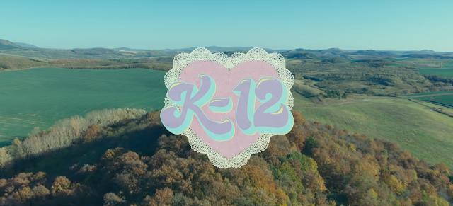 """Melanie Martinez lança novo álbum visual, """"K-12"""", continuando a história de sua personagem, Crybaby."""