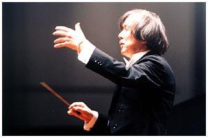 Seiji Yokoyama dirigiendo a la Orquesta Sinfónica de Andrómeda
