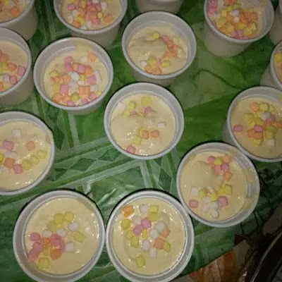 mga mango flavored na ice cream with marshmallow toppings