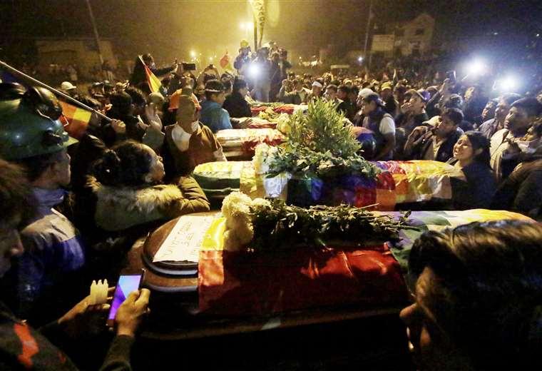 Cocaleros velan a sus muertos caídos el viernes en Sacaba / APG / EL DEBER