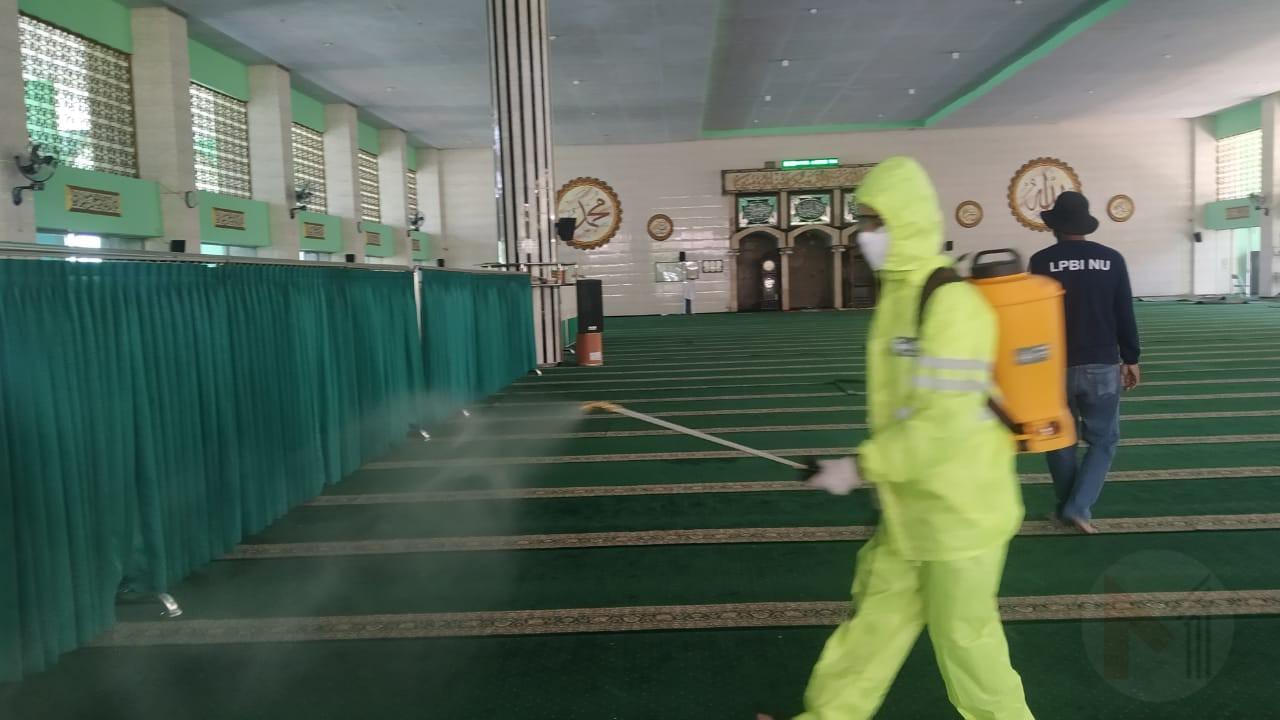 Sebelum Sholat Jumat Digelar, LPBI NU Kabupaten Malang Lakukan Penyemprotan Disinfektan Di Masjid