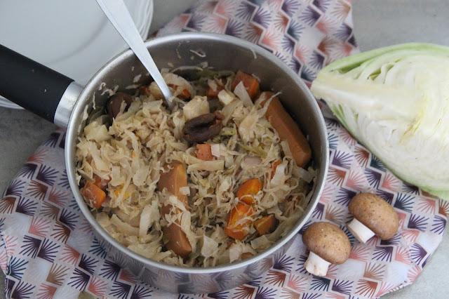 Cuillère et saladier : Mijoté de chou et choucroute aux abricots secs