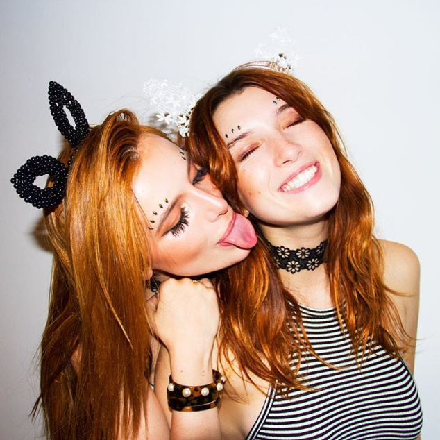 Bella Thorne where kisses another girl