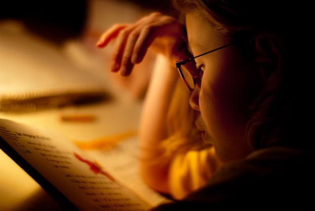 Lectura niño con luz calida