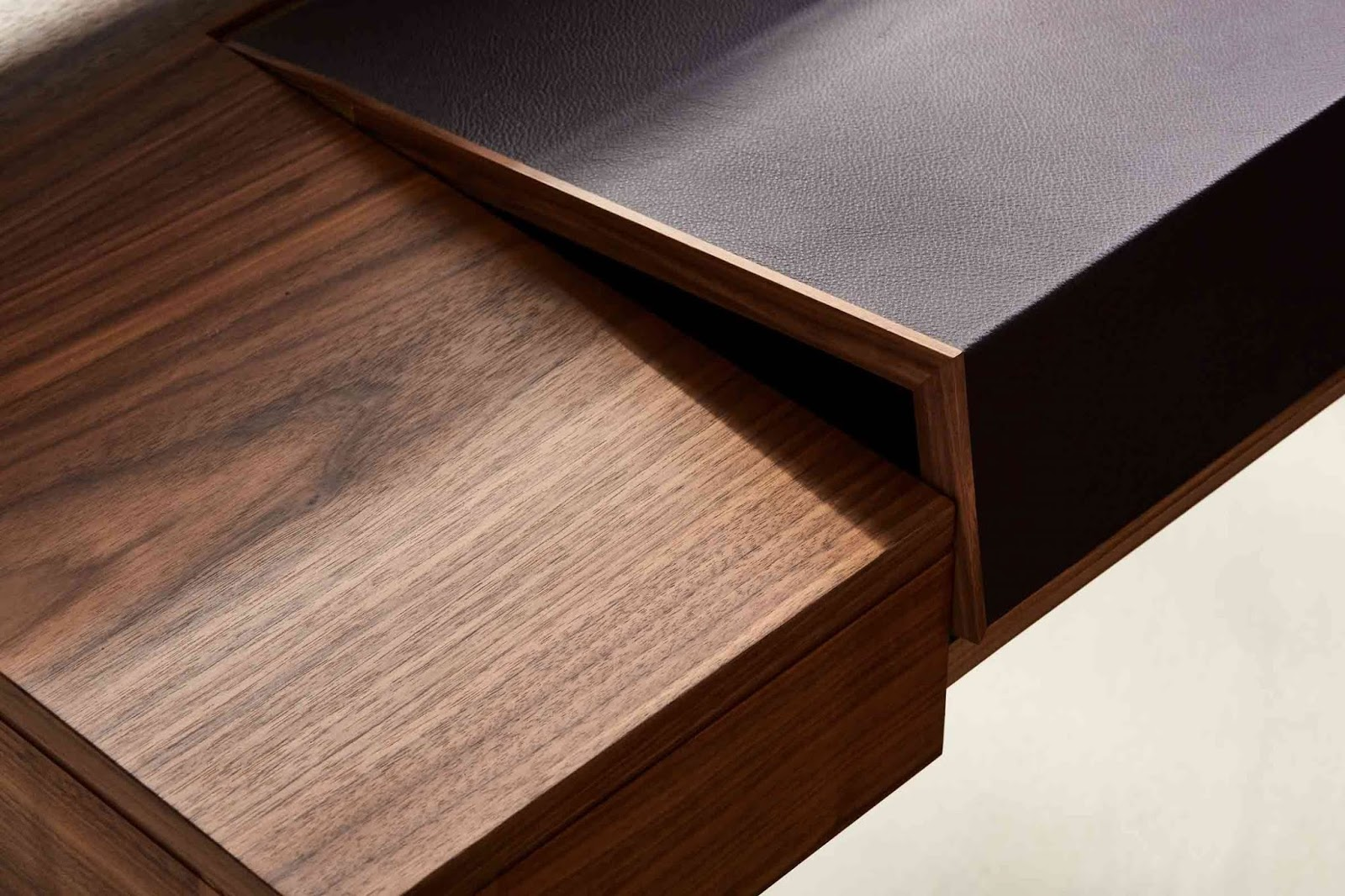 Solidne biurko z drewna