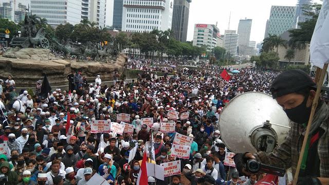 "Poster Revolusi Ramai-ramai Diangkat di Tengah Aksi 1310, ""Ayo Revolusi!!!"""