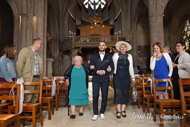 entrée du marié et sa maman dans l'église photo