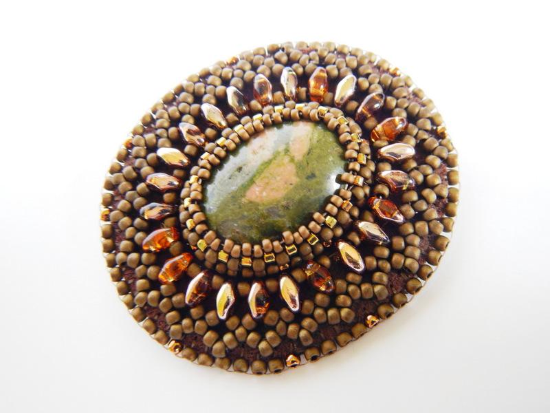 Broszka wykonana haftek koralikowym z unakitem