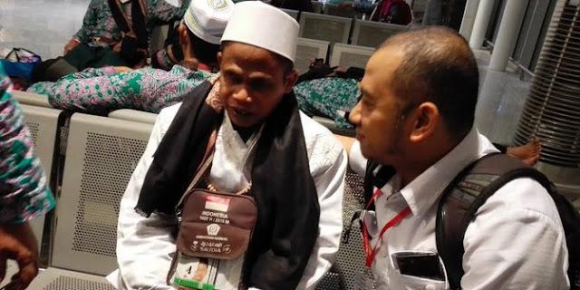 Dipermudah Allah, Jamaah Haji Tunanetra Ini Bisa Cium Hajar Aswad Dengan Kawalan Polisi Saudi