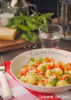 Gnochis al pesto con mozzarella y tomates cherrys