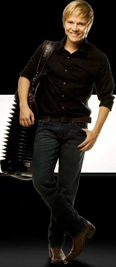 Foto de Michel Teló cargando su instrumento