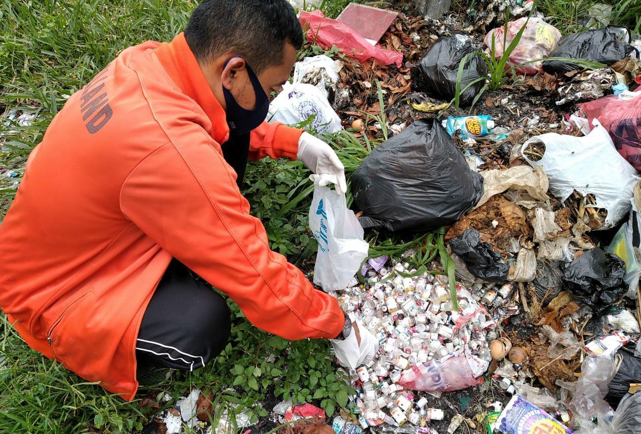 Ngeri! Ratusan Botol Bekas Medis Ditemukan Dipinggir Jalan Raya Pacet