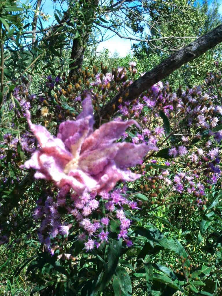 flor feltrada rosa no meio de flores rosas
