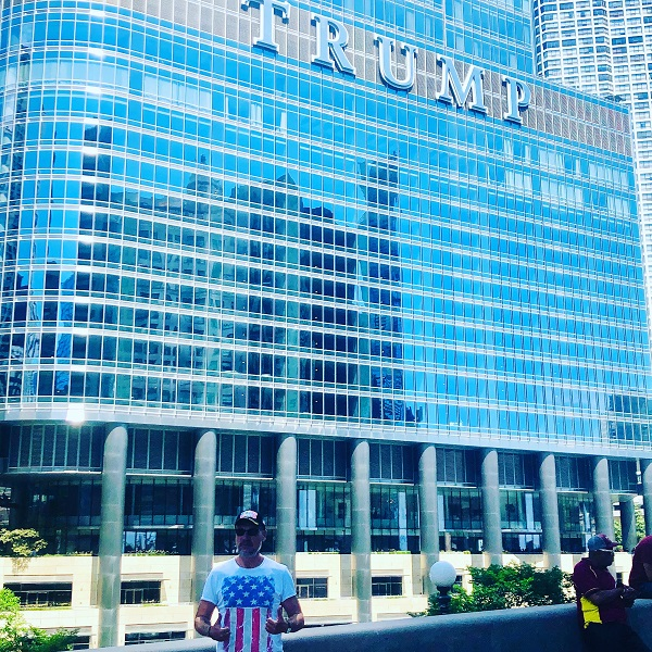 Ich vor dem Trump Hotel in Chicago, Illinois