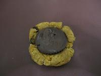 Insertion de la Nocciolata dans boule de pâte pour la réalisation du cookies au beurre de cacahuètes coeur coulant à la Nocciolata