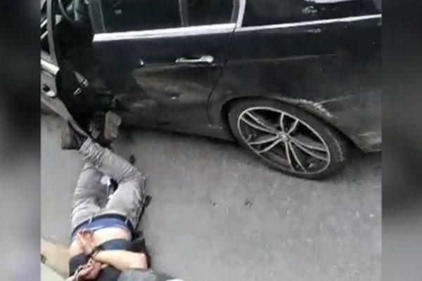 Bêbado causa acidente, exibe garrafa, tenta fugir e acaba preso