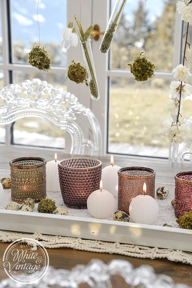 Tischdeko mit Windlichtern und Naturmaterialien für den Frühling
