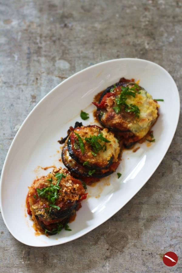 Einfaches und besonders leckeres vegetarisches  Rezept für Auberginen-Parmesan-Auflauf im Original Parmigiana alle Melanzane, mit Mozzarella, Tomaten und Parmesan #auflauf #rezept #vegetarisch #auberginen #italienisch #origiinalrezept #parmigiano #melanzane #ofen #einfach #käse #hackfleisch #vegan #tomaten #überbacken #italienisch #lowcarb #feta #frittiert #gebacken #aus_dem_ofen