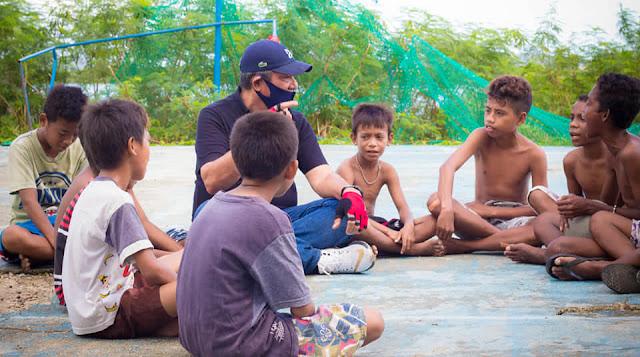 Thaher Hanubun Bercerita dengan Anak-Anak di Ohoi Wakol