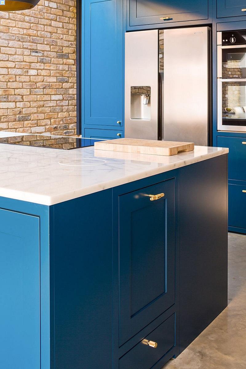 صور مطبخ الياقوت الأنيق الأزرق الداكن والنحاس