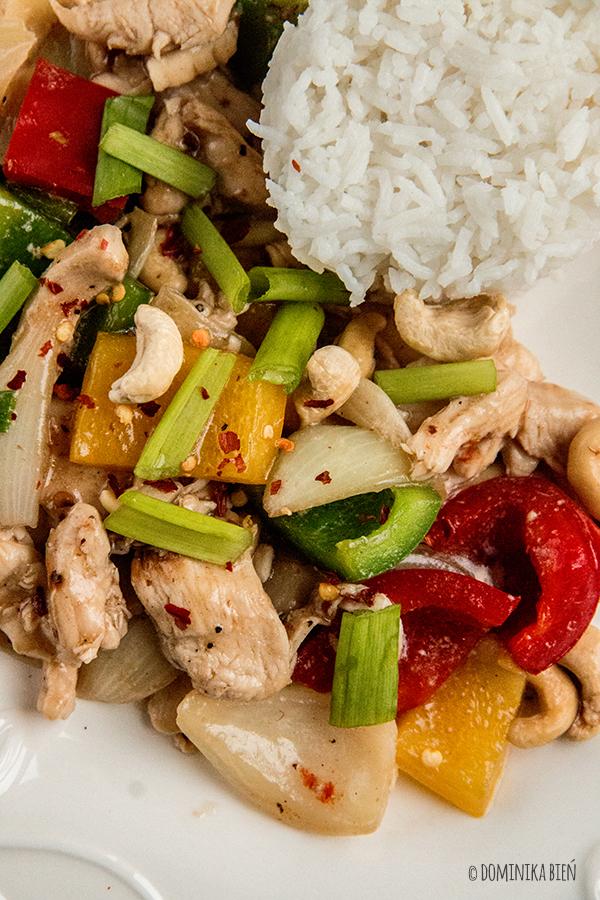 Tajskie stir fry z kurczakiem, papryką i orzechami nerkowca
