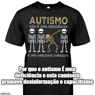 """Descrição da imagem #PraCegoVer: Uma camiseta preta cuja estampa mostra quatro esqueletos, sendo três brancos eretos e um multicolorido fazendo uma pose de alguém que venceu, e a mensagem criticada """"Autismo não é uma deficiência, é uma habilidade diferente"""". Abaixo da estampa, a imagem diz: """"Por que o autismo é uma deficiência e esta camiseta promove desinformação e capacitismo"""". Fim da descrição."""